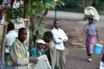 На фото танзаниец с газетой, текст которой на языке суахили