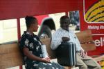 На фото беседа двух танзанийцев на автобусной остановке: «Ох уж, эта простуда!», «Я Вас понимаю!», «Нет не понимаете, вы же не простужены», «Отлично понимаю!»