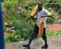 На фото танзанийский торговец фруктами