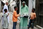 Похоже, что на этом фотоснимке юные африканцы получают благословение у мусульманских священников