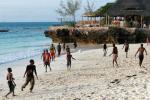 Игра в футбол на побережье Индийского океана, Танзания, остров Занзибар