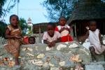 На фото, маленькие африканцы из рыбацкого поселка на острове Занзибар, в Танзании