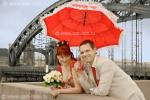 Молодожены под красным зонтиком, свадебная фотография