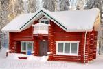 Красный коттедж из окрашенных бревен, зимнее фото
