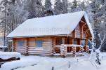 Сруб бани из бревен, обработанных вручную, зима, фото