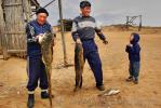 Чабаны из астраханской степи вернулись с рыбалки и хвастают уловом