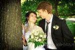Профессиональное свадебное фото на фоне зелени