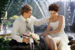 Свадебное фото: молодожены на фоне фонтана в Петергофе
