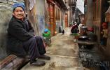 На фото, узкая улица в деревне Жаосин, с неизменной старушкой на переднем плане