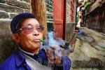 Старик китаец с курительной трубкой, фото 2010 года (апрель)