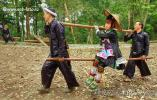 Два воина несут девушку на бамбуковых носилках