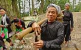 Юго-восток провинции Гуйчжоу (Китай), уезд Концзян, жители деревни Баша покидают поляну, на которой проходило праздничное театральное действие, фото