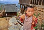 На фотоснимке, крутые ступеньки деревни Баша и юный представитель народа, который эту деревню населяет (они вместе ее населяют: народ и юный представитель)
