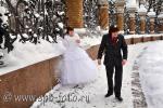 Молодожены играют в снежки, фото