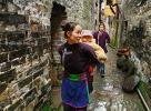 Каменные стены  одной из улиц в деревне Зенчон (Zengchong Dong Village 增冲, Guizhou Province 贵州省, SouthWest China)