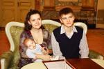 <b>Молодые родители в зале торжественной регистрации рождения, дворца «Малютка»