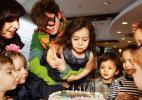 <br>Девочка задувает свечи праздничного торта