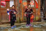 <b>Женщины с детьми возле административного здания в китайской деревне Зенчон
