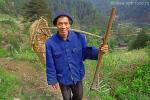 Leishan County, китайский крестьянин идет на полевые работы