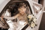 Невеста на водительском месте в лимузине, фото
