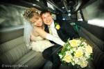 Свадебная фотосъемка в салоне лимузина, жених и невеста позируют фотографу