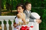Свадебная фото-сессия у балюстрады, на берегу Финского залива в Нижнем парке Петергофа (Петродворца)