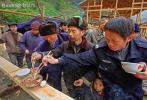 Полицейский на деревенском празднике в деревне Ланде, округ Лэшань,  провинция Гуйчжоу, Юго-Западный Китай