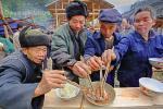 Совместный прием пищи на деревенском празднике в деревне Ланде (Юго-восток провинции Гуйчжоу, недалеко от Кайли)