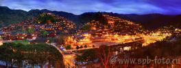 Китайская деревня Xijiang при ночном освещении