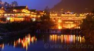 Светодиодная подсветка деревянных строений в деревне Xijiang, самом крупном поселении этнического меньшинства Мяо в Юго-Западном Китае