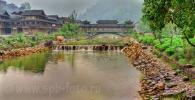Раннее утро в Xijiang Miao Village, вид на реку и мост ветра и дождя