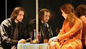 Пьесу Уильяма Гибсона «Двое на качелях» на уютной сцене «Приюта комедианта», маленького театра в центре большого города, поставил Вениамин Фильштинский