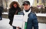 «Путяра,  уходи!», надпись от руки, на куске ватмана в руках мужчины средних лет