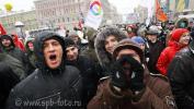 Молодые люди митингуют на Пионерской площади в Петербурге, требуют отменить результаты выборов в Госдуму