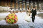 Свадебная фотосъемка в феврале, идет снег, жених и невеста прогуливаются вдоль ограды Михайловского сада в Санкт-Петербурге