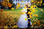 Свадебный снимок с подкидыванием листвы над молодоженами