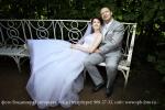 Жених и невеста сидят на скамейке в Екатерининском парке, Пушкина