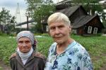 Зинаида Михайловна и Зинаида Федоровна на фоне своего покосившегося жилища