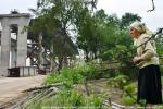 На части огорода, украденной у Зинаиды Михайловны, всходят опоры моста, по которому ей незачем и некуда будет ездить
