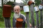 Последний житель Русской Америки, дед Валя, живет без электричества, водопровода, и телефона один в большом поселке, среди леса