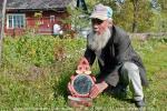 Удивительно, как в свои 68 лет (написано в 2006 году) и при слабом здоровье старик умудряется переколоть две машины дров