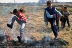 Прыжки через горящую траву в планы Зинаиды Заворуевой не входили, но дети есть дети