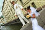 На фото свадебная прогулка в Петербурге