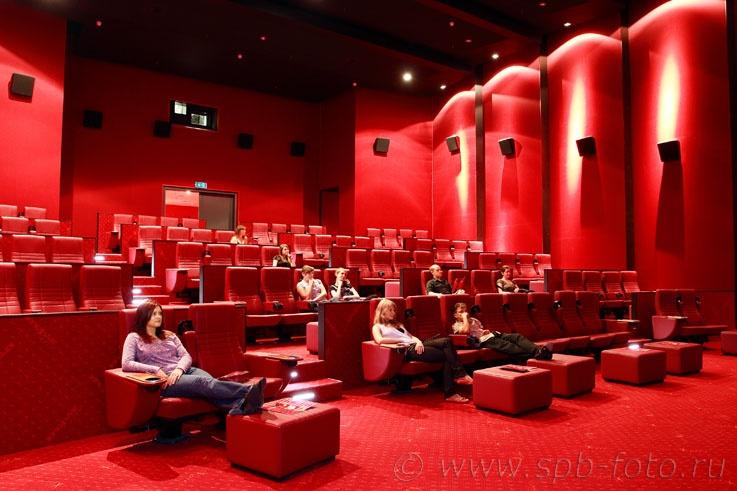 Основная часть самых популярных и современных кинотеатров расположена в крупных торговых центрах города.