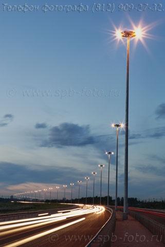 Осветительные опоры на ночной трассе, фото