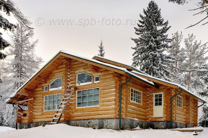 Деревянный коттедж из бревен, зима, Карелия (фото)