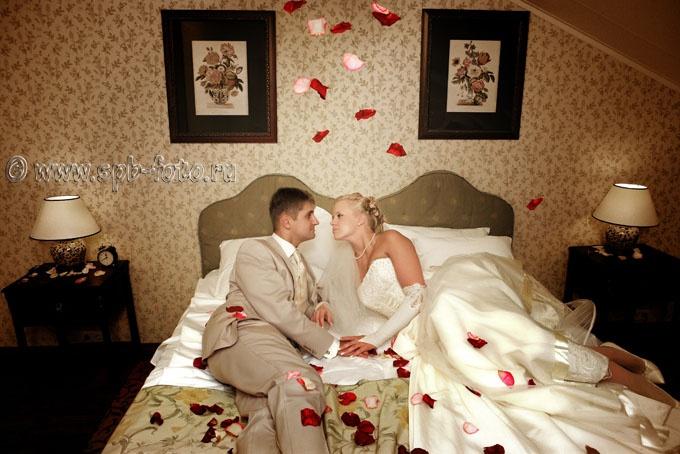 Свадебная фотосессия в спальне новобрачных
