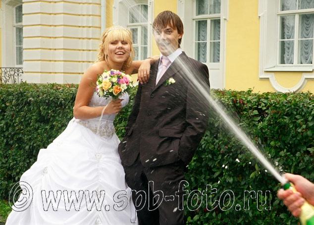 Брызги шампанского на свадебном фото