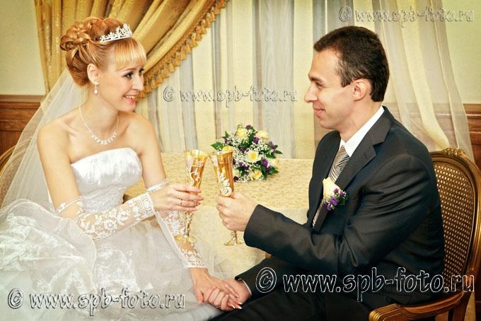 Свадебный банкет, молодожены с бокалами, фото