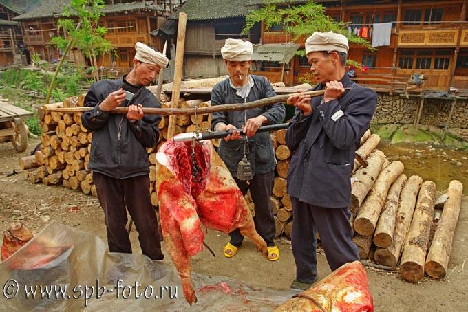 Взвешивание свинины на китайских весах, фото